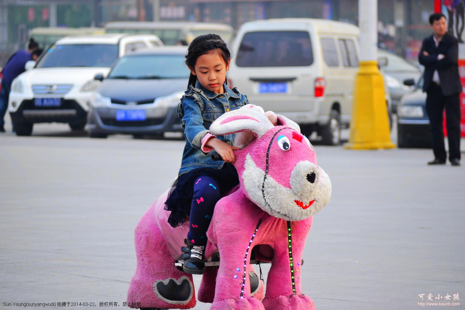 骑电动车的小女孩